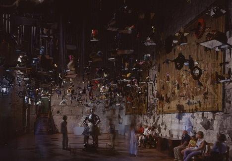 Annette Messager Eux et Nous, Nous et Eux, 2000 Animaux empaillés, miroirs, gants avec crayons de couleur, cordes 11 x 12 m (environ)  Vue d'installation : Exposition La beauté, Palais des Papes, Avignon, 2000